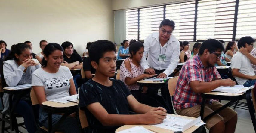 Alumnos dando un examen de admision